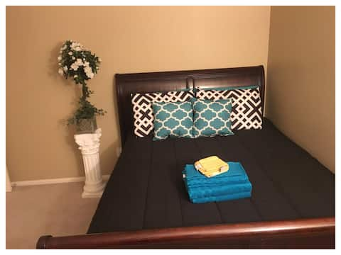 Comfy QUEEN with Full Bath + Parking + Fast WiFi
