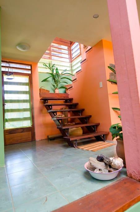 Entrada principal y acceso a las habitaciones en planta alta