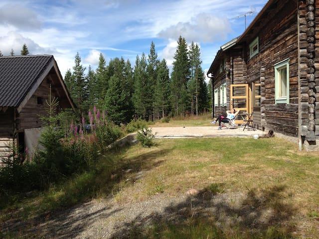 Idyllisk  laftet tømmerhus/hytte