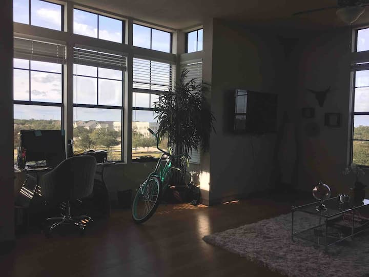 Spacious bright apartment w/pool & gym Close to DT