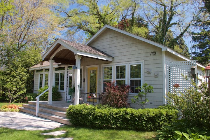 Happy Thoughts Cottage - cute 2 BR house in New Buffalo!