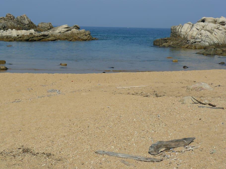 une crique à découvrir pendant une promenade le long du littoral