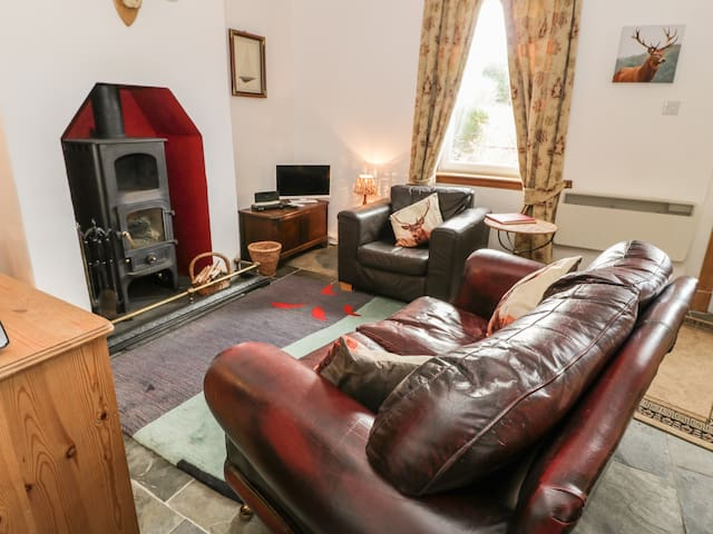 CRINAN CANAL COTTAGE NO8, pet friendly in Kilmartin, Ref 954421