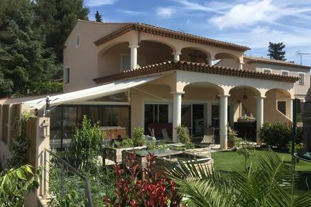 Chambre dans villa avec piscine, pour 2 personnes - La Garde - Villa