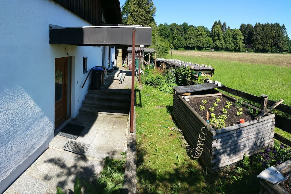 Eigener Eingang & Feld am Ortsrand/ Private Entrance & access to fields