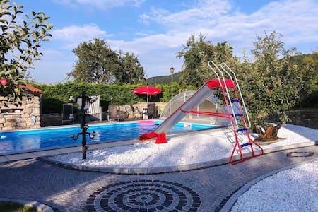 Große Wohnung mit Pool im  mediterranen Garten