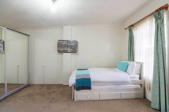 Private Studio sized room + more - Frenchs Forest