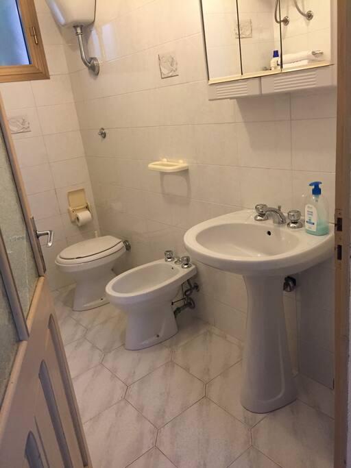 It: bagno privato con doccia Eng: private bathroom with shower