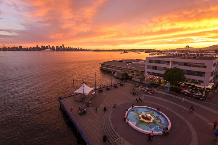 Lonsdale Quay Luxury Ocean View Apartment