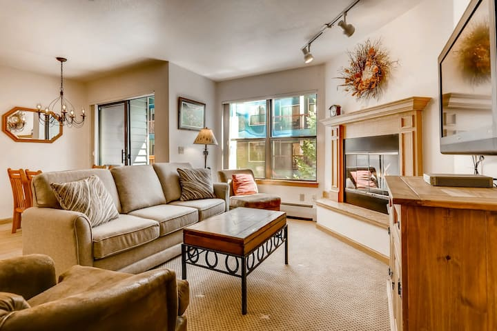 Downtown condo near skiing, shopping w/ shared outdoor pool & hot tub!