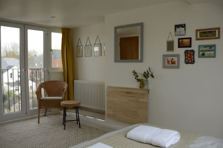 Spacious ensuite double, short walk to city centre - Oksford - Dom