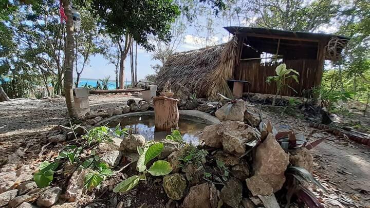 La cabañita maya de Gaston con vista a la laguna.