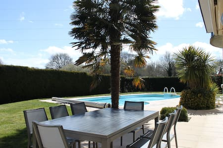 Jolie maison avec piscine - Theix - บ้าน