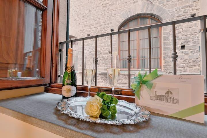 Window on ancient Vicolo dè Cerchi