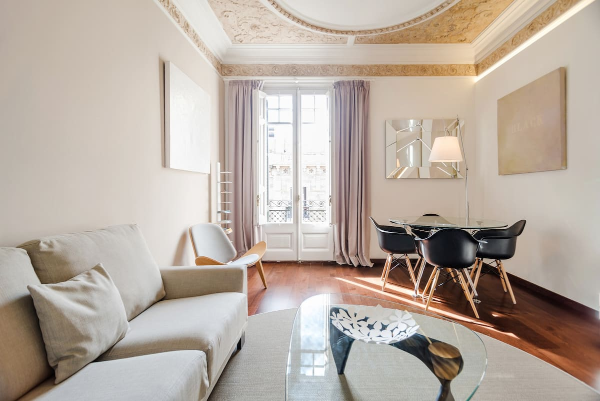 Stylish Spacious Serviced Apartment near El Born