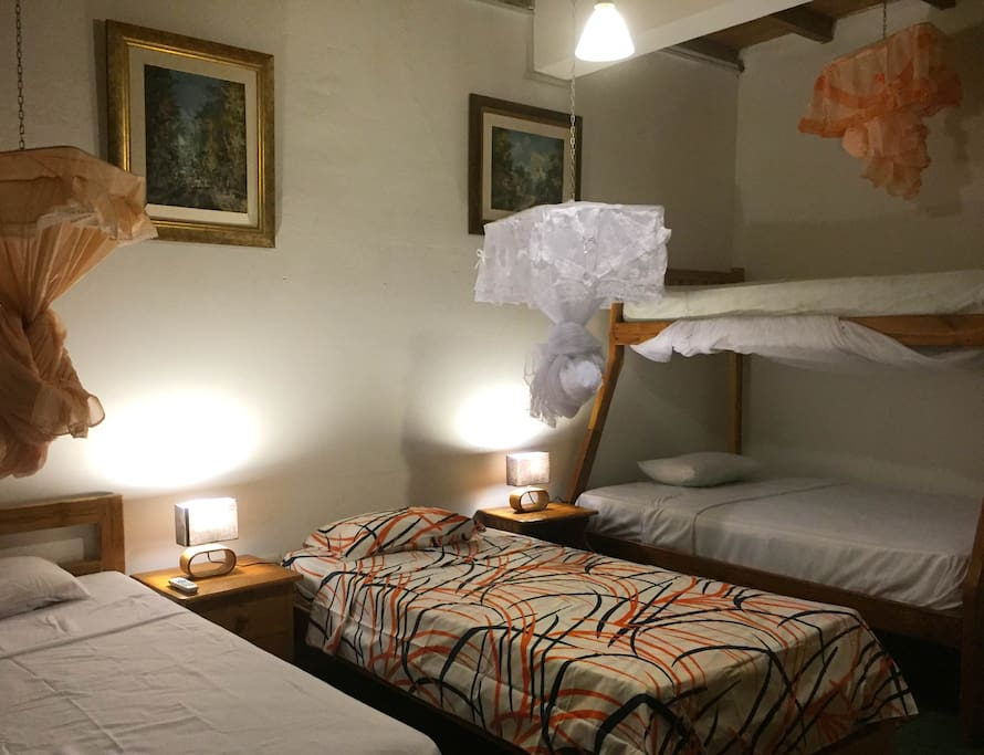 Habitaciones agradables combinado con madera teca y diseños modernos. Nice rooms combined with wood (teca) and modern designs.