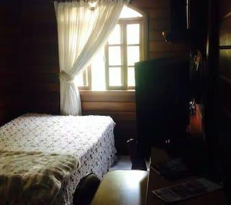 Quarto com uma cama de casal - Mariana