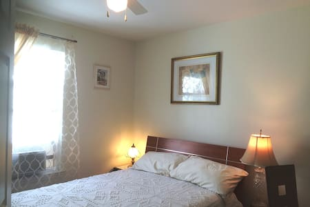 A home away from home (Room 1) has a double bed. - Philadelphia - House