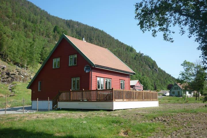 Koselig gardshus på småbruk