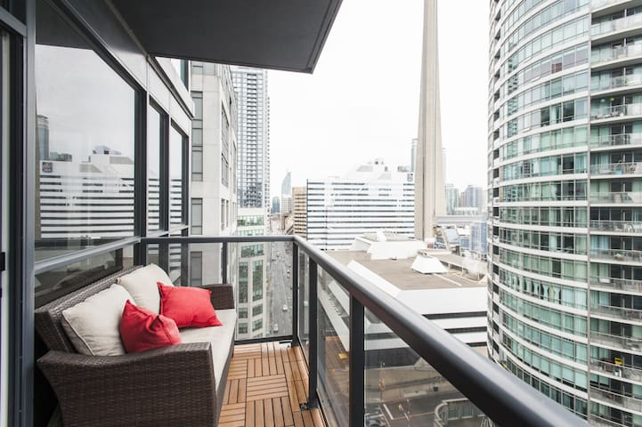 Luxury 1 BR Corner Suite ❤️ of Downtown | Balcony | CN Tower view | Fast WiFi | VIP Cable | Custom