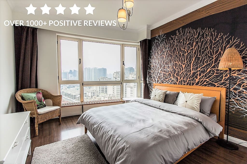 Master Room --Comfortable bedding and black out curtains ensures you a serene, restorative sleep every night. 主卧-舒适的大床,黑色厚重的窗帘,绝对让你睡的安逸舒心 마스터 침실-편안한 더블 침대