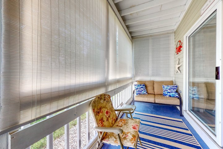 Budget-friendly retreat w/shared indoor pool, firepit, and near the ocean!