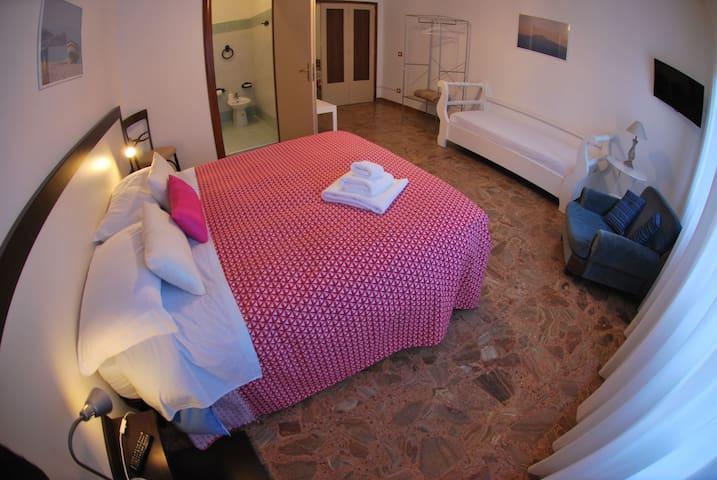 camera tripla con letto matrimoniale + letto singolo, bagno in camera, wifi, tv, aria condizionata/riscaldamento