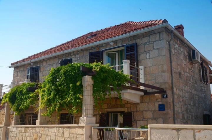 Appartement En front de mer, avec deux chambres à coucher, 30m du centre, à Postira - île de Brac