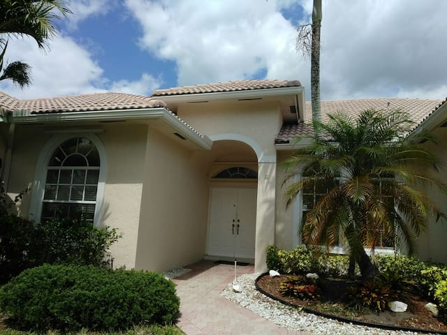 Charming bedroom with private bath - Pembroke Pines - Casa