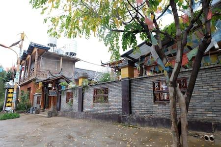 瀘沽湖草海別院 (二樓帶陽台標間) - Liangshan - Oda + Kahvaltı