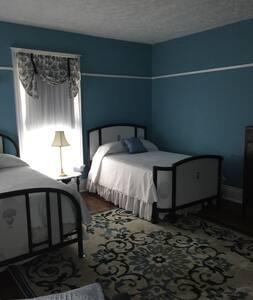 Old Victorian Inn; Blue Room