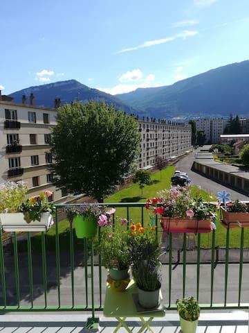 À proximité de Grenoble et des massifs montagneux