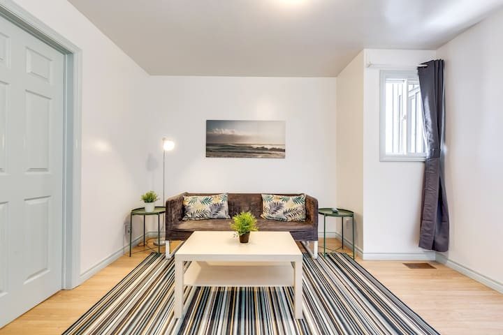 1 BR Convenient Apt -right beside Subway station
