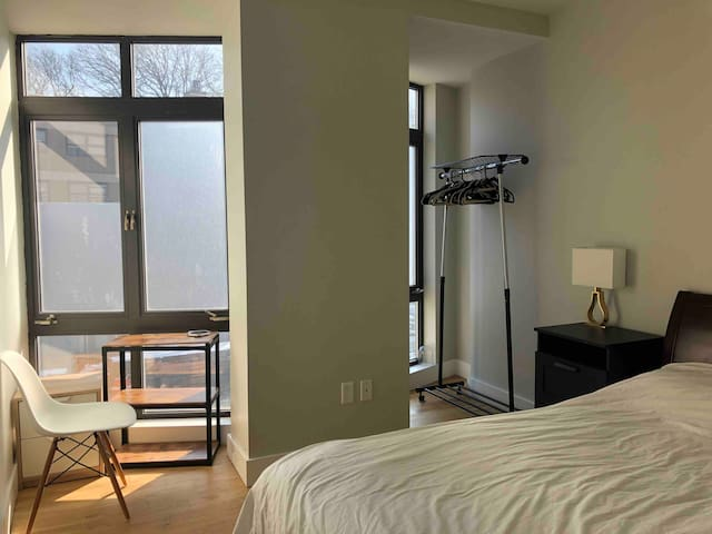 Bright bdr in Renovated Building (15min from City)