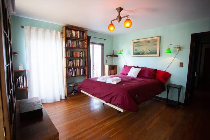 bedroom;queen bed