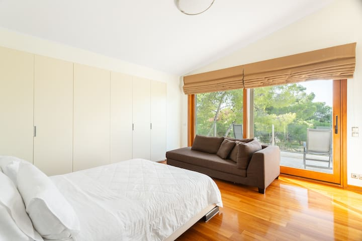 First floor / Bedroom 1: Master bedroom, queensize bed, bright with great view over the pine tree park; the couch can also be used as child's bed