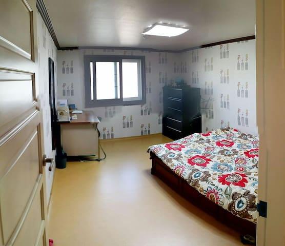 안전한 보안시스템이 작동하는 아파트이고 교통이편리한 집입니다.