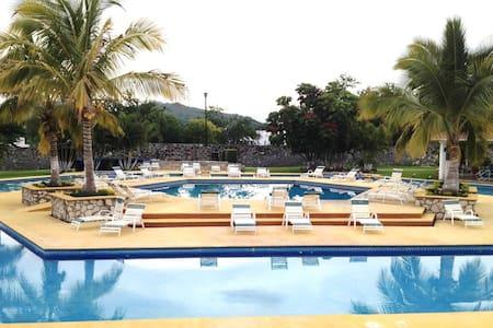 ALBERCAS, JARDINES, SEGURIDAD, PRIVACIDAD, CLIMA - Xochitepec - House