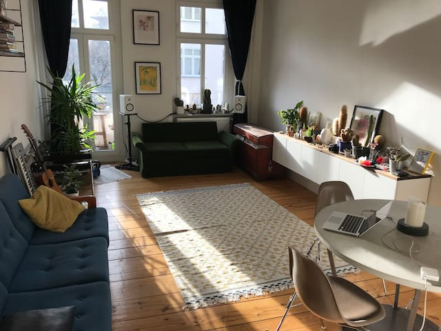 Sunny and stylish room with a balcony in Neukölln
