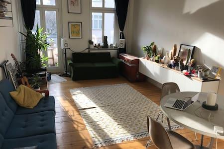 Sunny and stylish room with a balcony in Neukölln