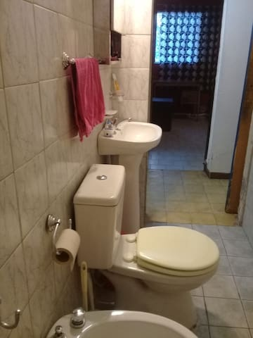 Baño  y ducha frente a la habitación. Agua caliente y fría