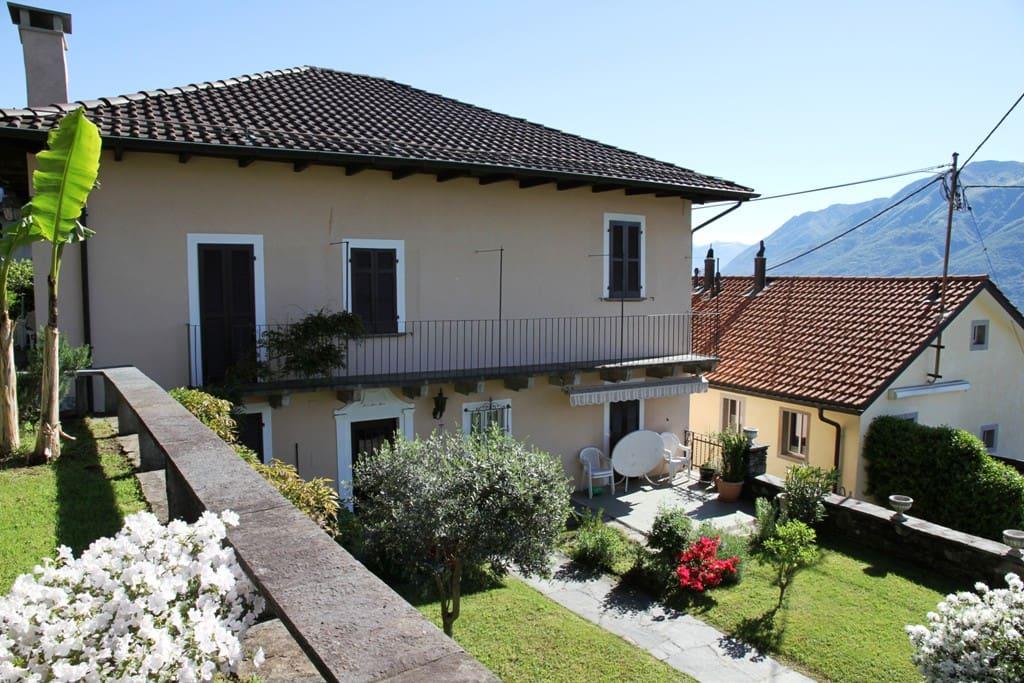 Blick auf Ferienwohnung (1. Stock) von Gartenterrasse / View from the terrace on the appartement (1st floor)