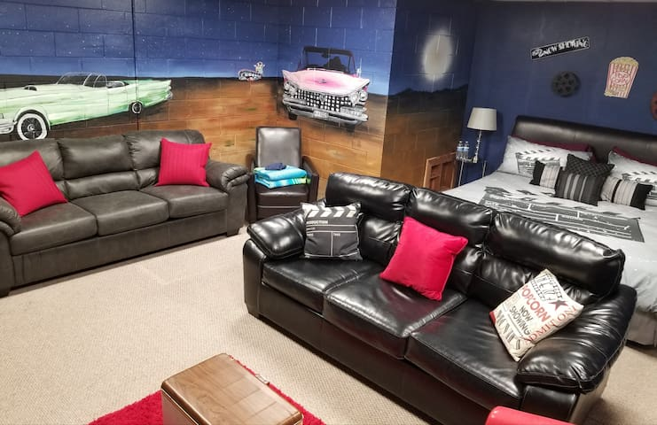 Drive-In Movie Room!! Clean Comfy room! Fun Theme!