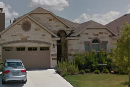 2 bedrooms and 2 private baths - new 2015 home - Pflugerville - Maison