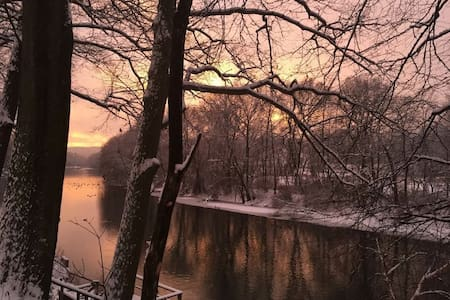 Beautiful light-filled stream-side gem. - Lake Katrine - 獨棟