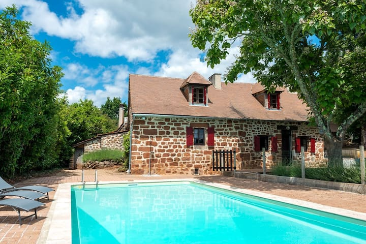 Peaceful Holiday Home in Teillots with Private Pool