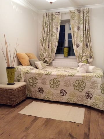 Lovely, clean family home 3 mins walk from tube. - Hornchurch - 家庭式旅館