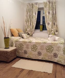 Lovely, clean family home 3 mins walk from tube. - Hornchurch - Гестхаус
