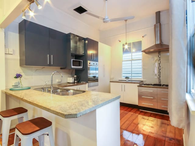 Beautiful and 3BD Home in Leafy Highgate Hill!