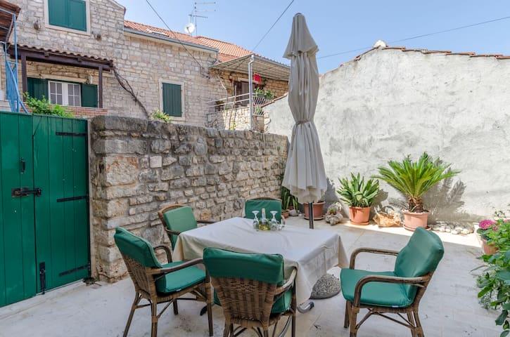 Maison de pierre Au bord de mer, avec une chambre à coucher, 30m du centre, à Vrboska - île de Hvar, La terrasse